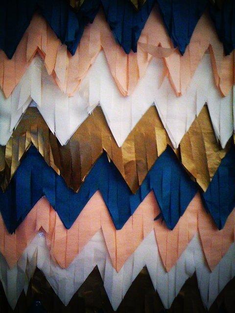 Chevron mintás meghívó és korál színű esküvői dekor